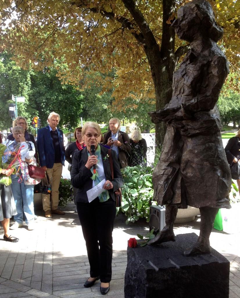 Eva Persson från EW-sällskapet håller ett tal riktat till Elin.