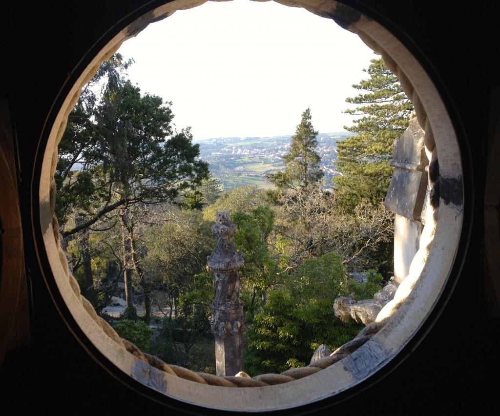 Otrolig utsikt från en glugg i murarna uppe i slottet.