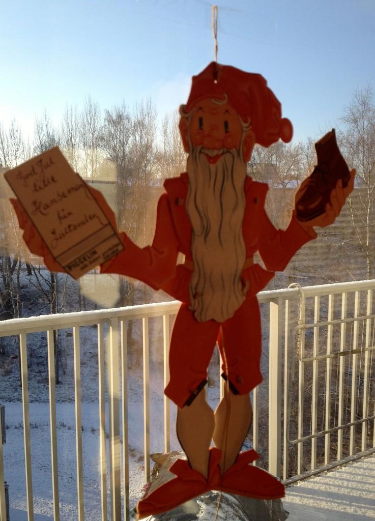 Sprattelgubbetomten fick min man när han var 4-5 år: Till lille Hanseman från jultomten. Den medföljde ett par nya vinterskor.